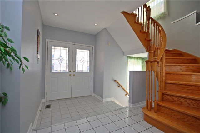 For Rent: 10 Woodroof Crescent, Aurora, ON   4 Bed, 4 Bath House for $2,500. See 20 photos!