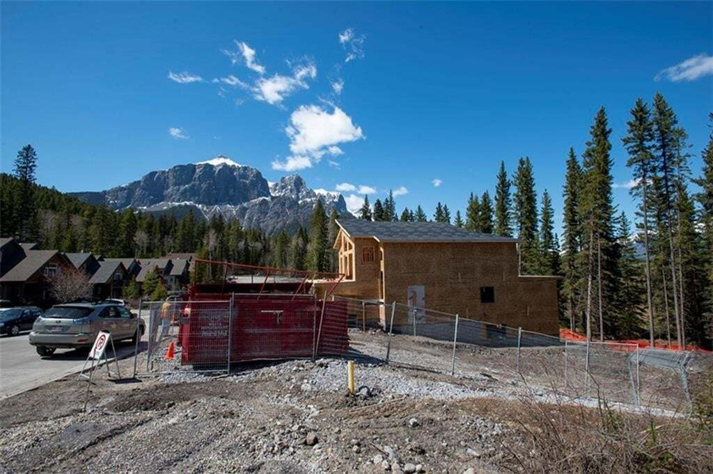 1064 Lawrence Grassi Range, Quarry Pines, Canmore | Image 2