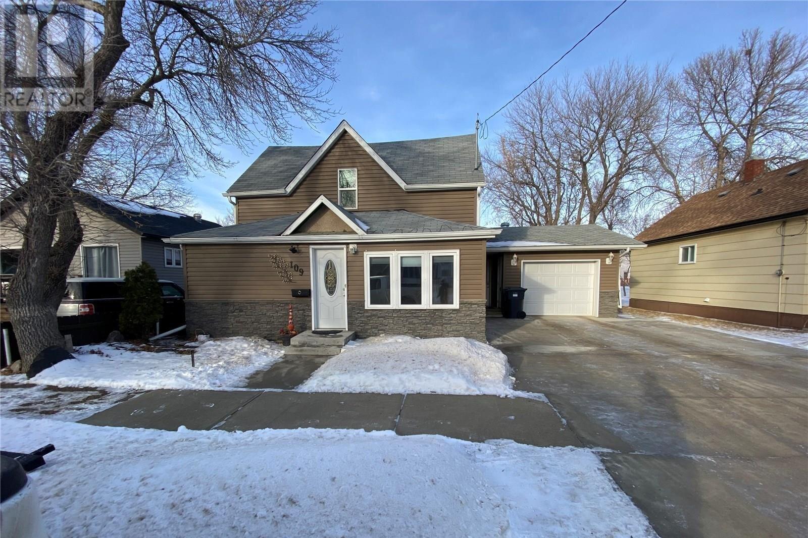 House for sale at 109 3rd Ave S Weyburn Saskatchewan - MLS: SK838557