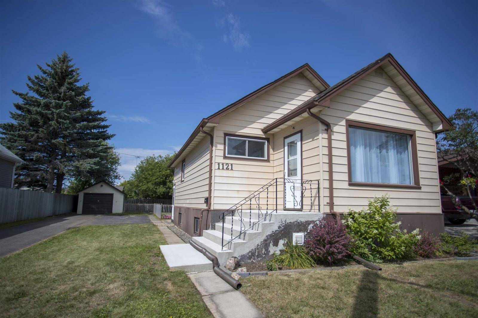House for sale at 1121 Centre Ave Thunder Bay Ontario - MLS: TB192739