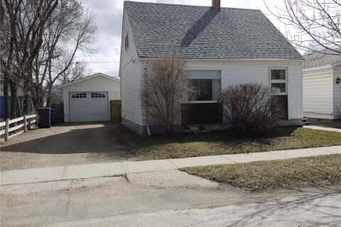 House for sale at 114 9th St NE Weyburn Saskatchewan - MLS: SK809335