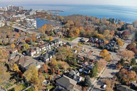 House for sale at 123 Mississaga St Oakville Ontario - MLS: W4989433