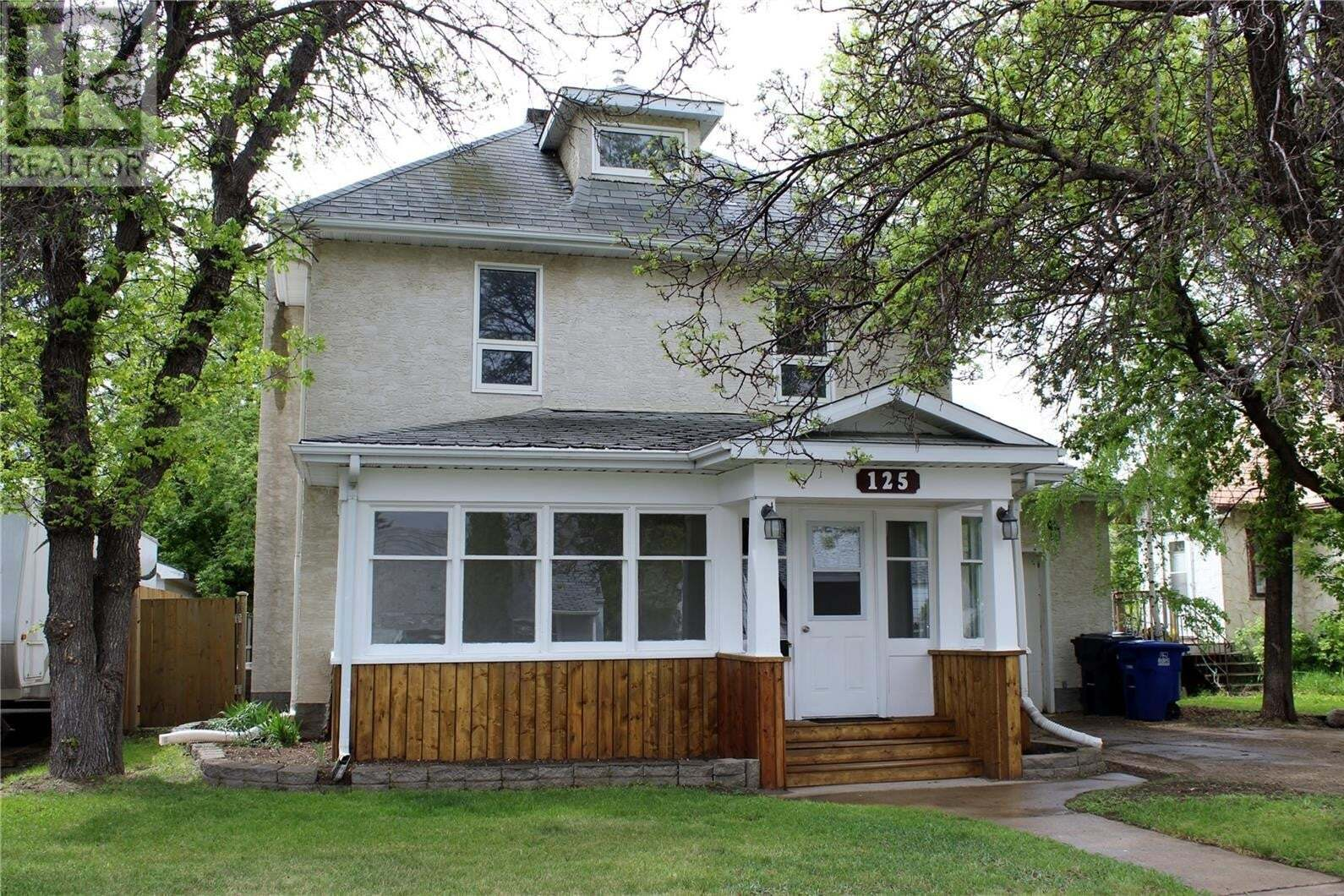 House for sale at 125 9th St NE Weyburn Saskatchewan - MLS: SK809927