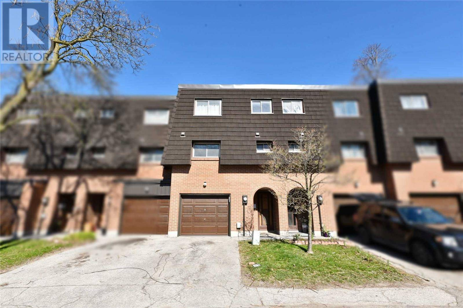 Townhouse for sale at 16 Darras Ct Brampton Ontario - MLS: W4749261