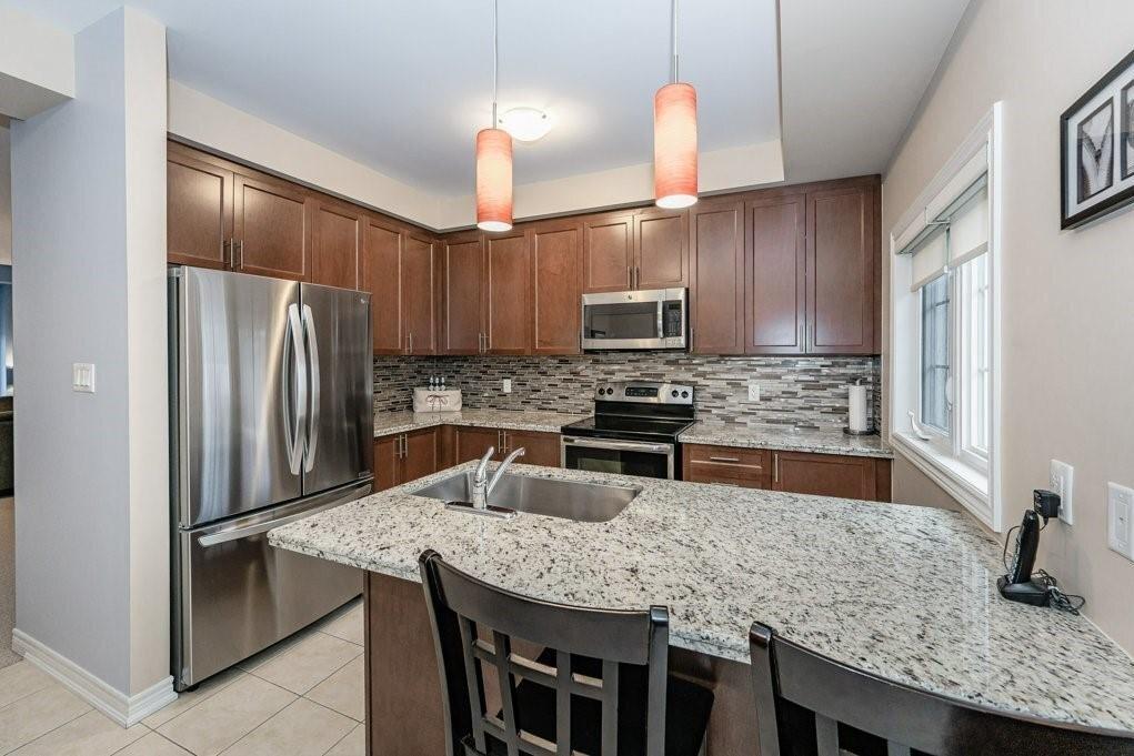 Townhouse for sale at 2220 Queensway Dr Unit 2 Burlington Ontario - MLS: H4093788