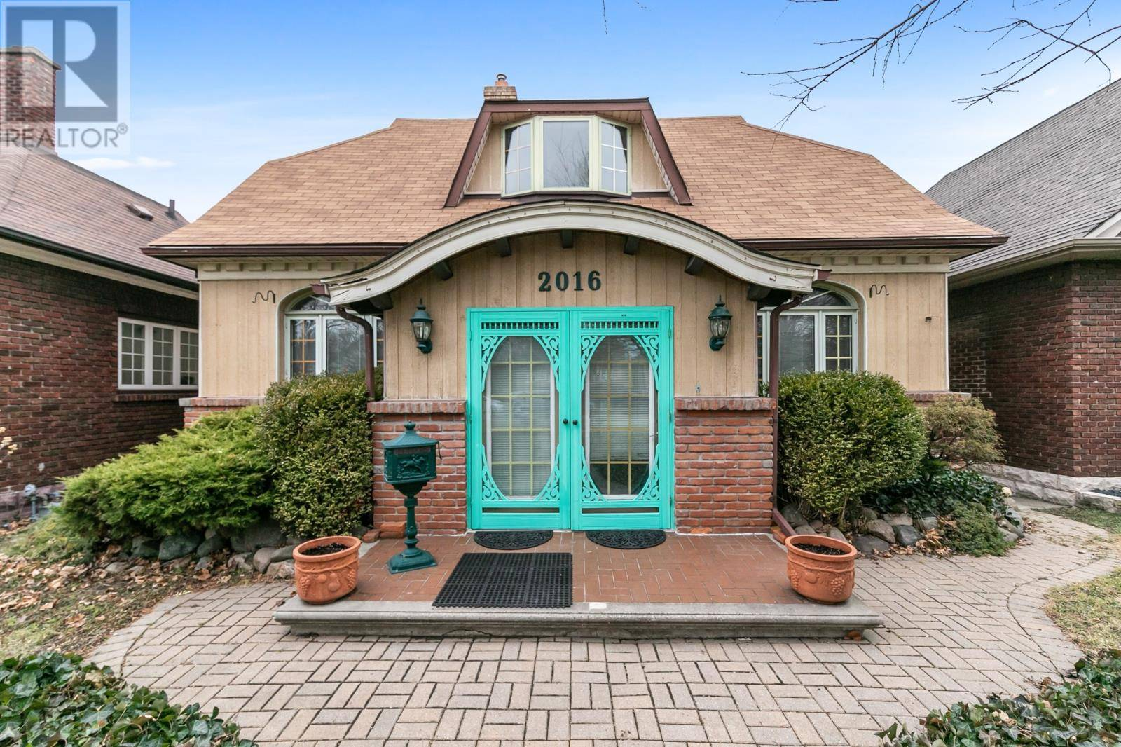 House for sale at 2016 Iroquois  Windsor Ontario - MLS: 20000560
