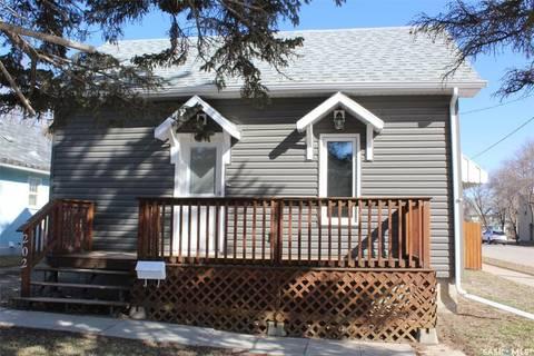 House for sale at 202 5th St Weyburn Saskatchewan - MLS: SK765973