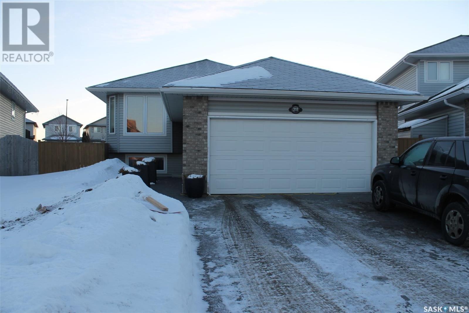 House for sale at 211 Denham Cres Saskatoon Saskatchewan - MLS: SK838767