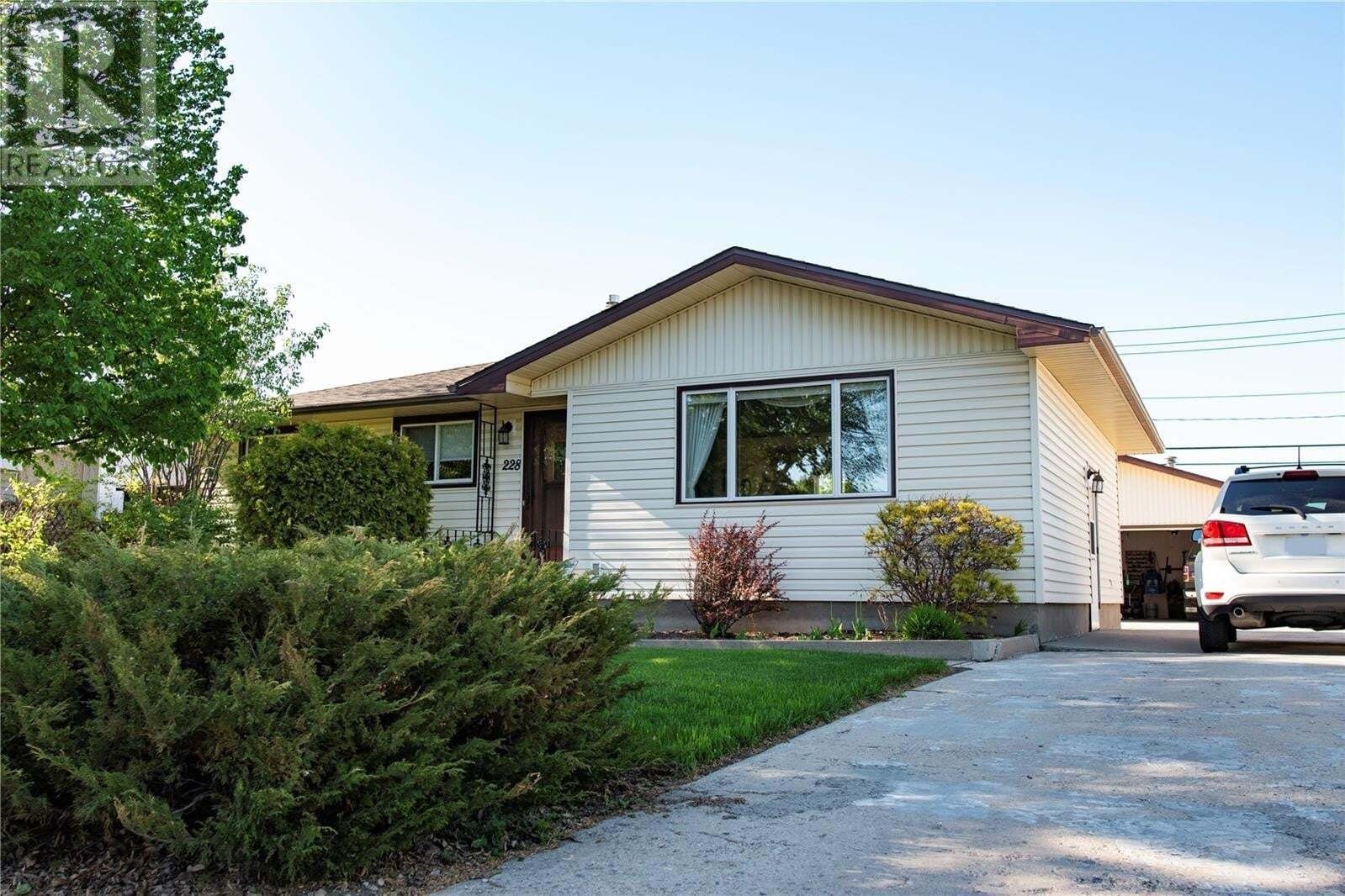 House for sale at 228 Coldwell Rd Regina Saskatchewan - MLS: SK810224