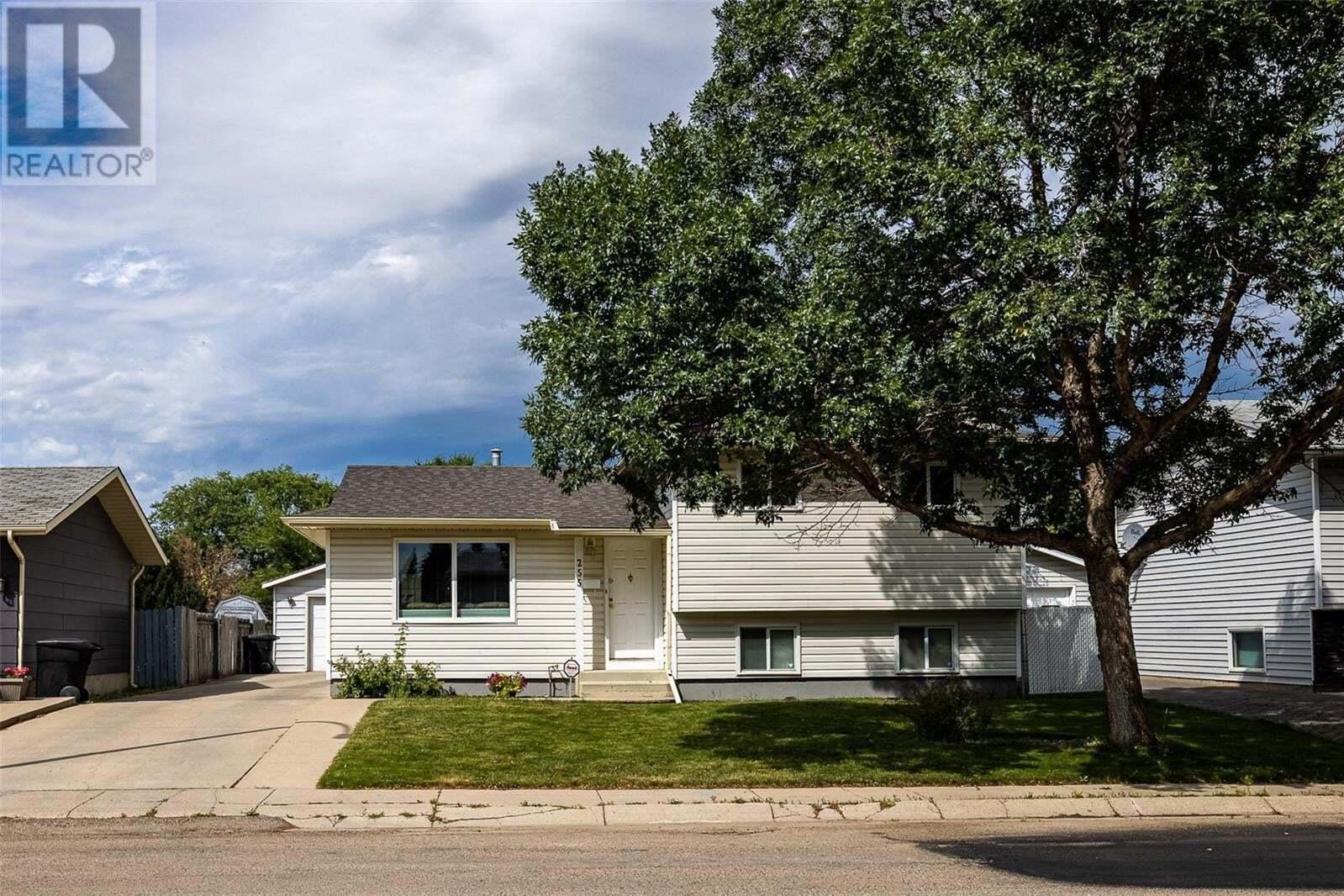 House for sale at 255 Davies Rd Saskatoon Saskatchewan - MLS: SK821101