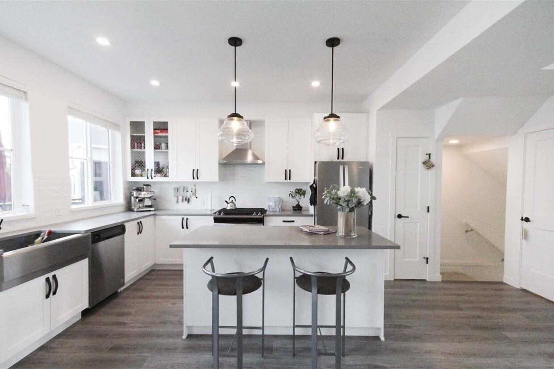 Buliding: 5945 176a Street, Surrey, BC