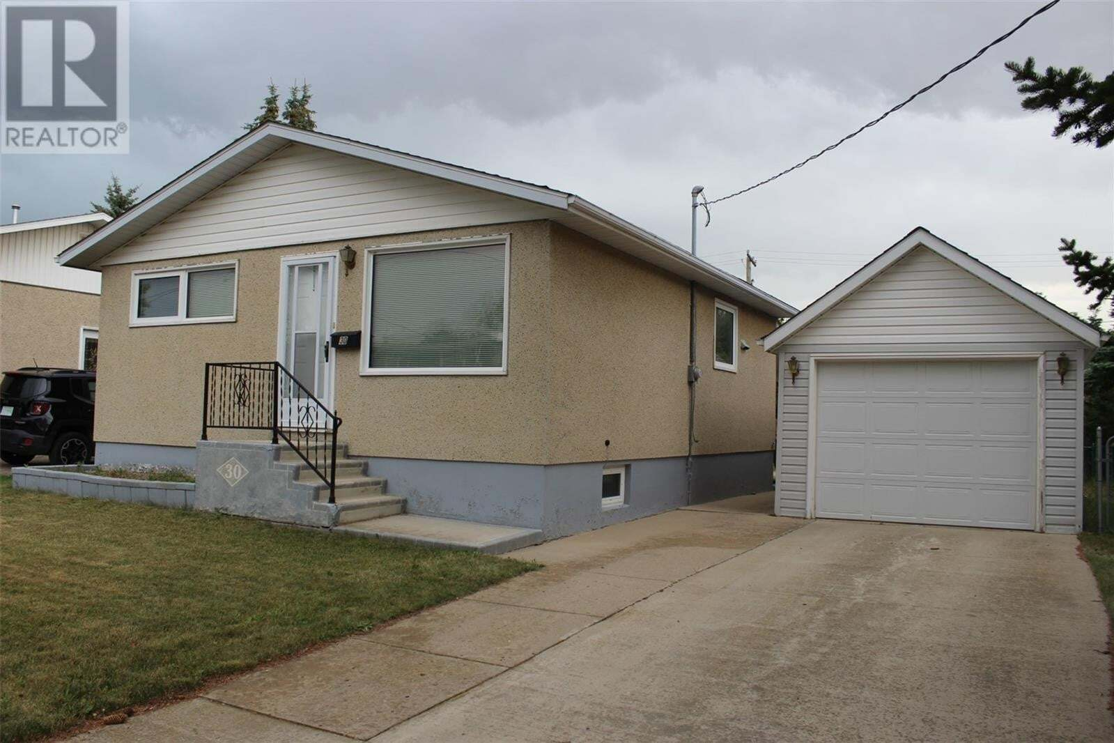 House for sale at 30 7th St Weyburn Saskatchewan - MLS: SK821559