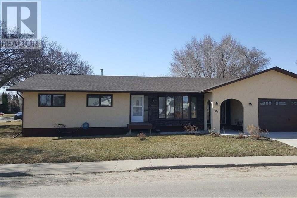 House for sale at 304 4th Ave SE Swift Current Saskatchewan - MLS: SK823803