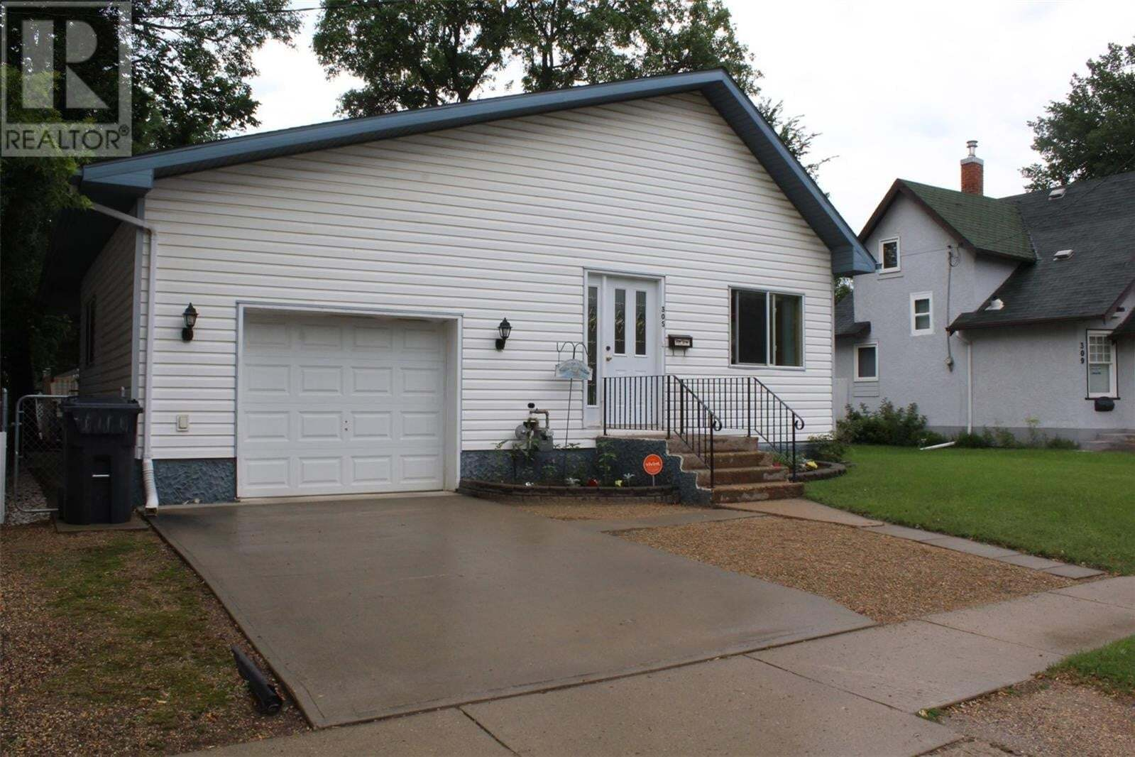 House for sale at 305 7th St NE Weyburn Saskatchewan - MLS: SK818838