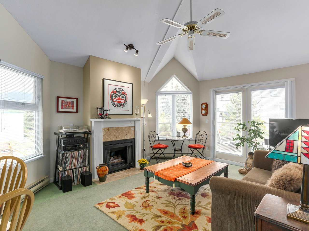 Buliding: 1535 Chesterfield Avenue, North Vancouver, BC