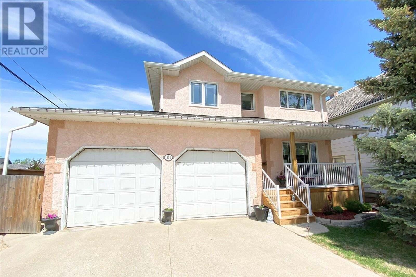 House for sale at 311 3rd Ave Weyburn Saskatchewan - MLS: SK811068