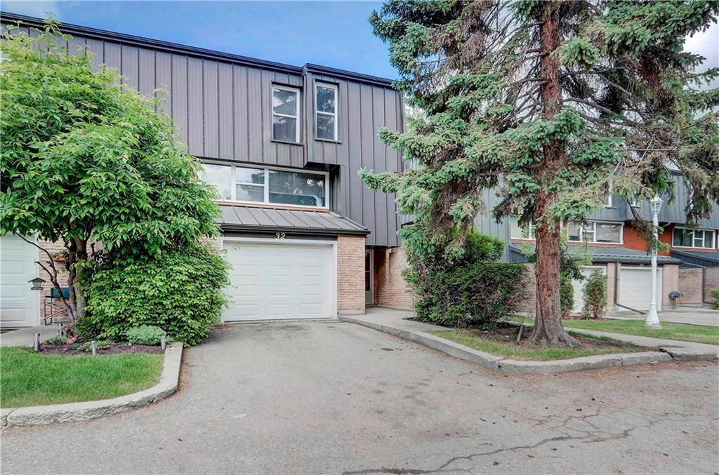 Townhouse for sale at 32 Brae Glen Ct Sw Braeside, Calgary Alberta - MLS: C4255862