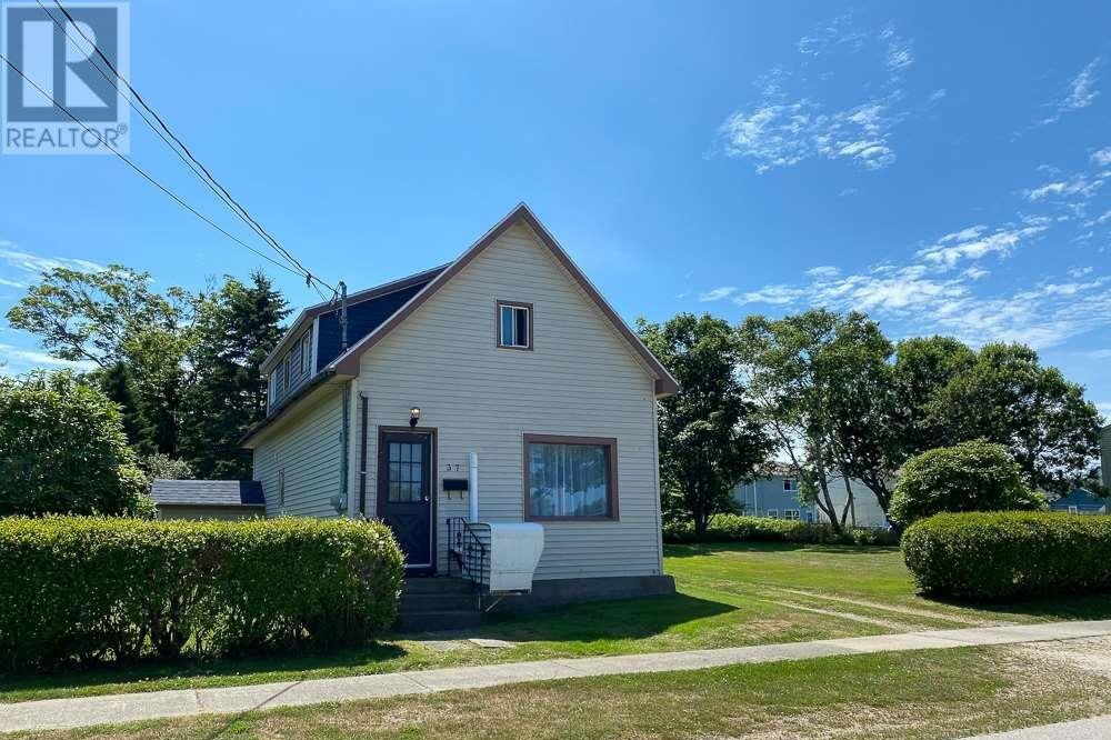 House for sale at 37 South East St Yarmouth Nova Scotia - MLS: 202100070