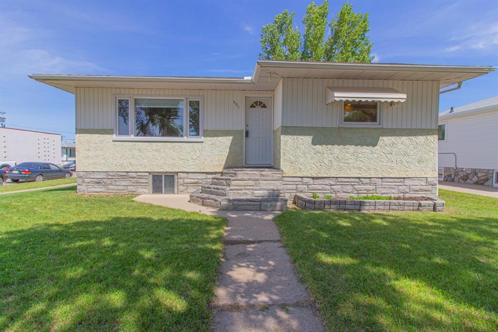 House for sale at 401 Broadway Ave East Redcliff Alberta - MLS: A1004932