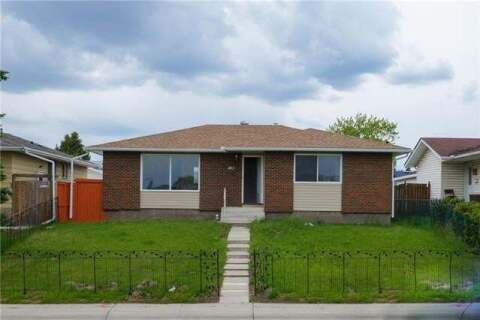 House for sale at 411 Pinetree Rd Northeast Calgary Alberta - MLS: C4300757