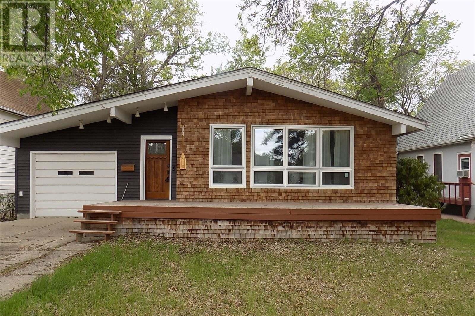 House for sale at 415 Assiniboia St Weyburn Saskatchewan - MLS: SK809946
