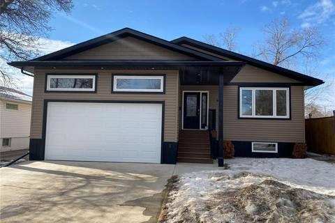 House for sale at 43 9th St NE Weyburn Saskatchewan - MLS: SK800319