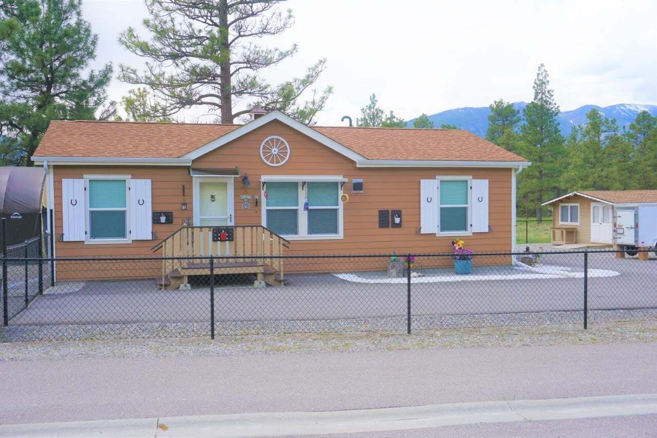 House for sale at 4991 Columbia Springs Drive  Canal Flats British Columbia - MLS: 2450666