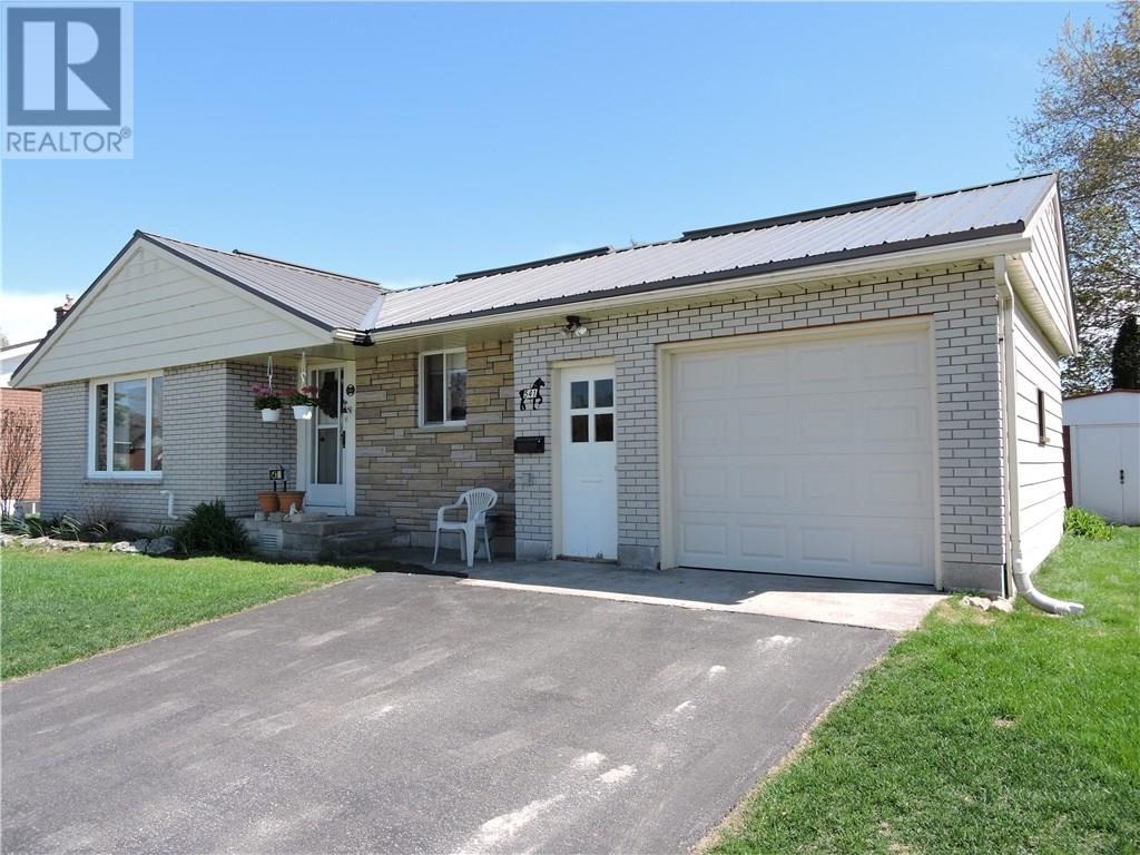 For Sale: 541 13th Street, Hanover, ON | 3 Bed, 1 Bath House for $229,900. See 27 photos!
