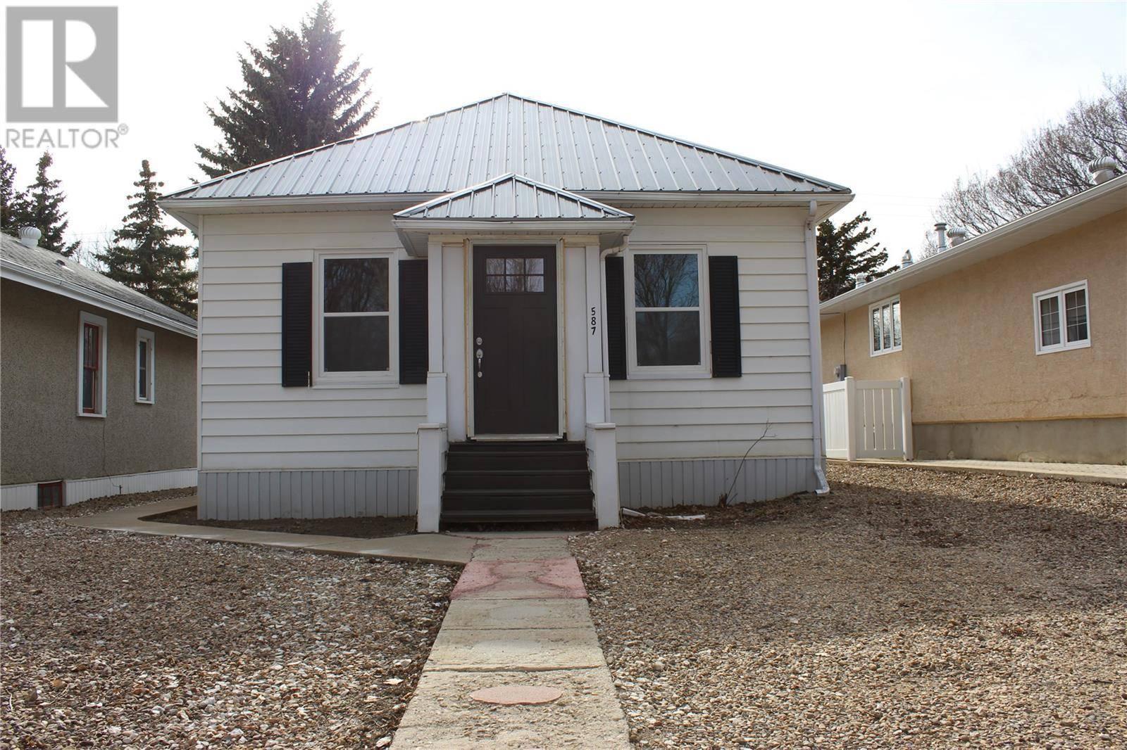 House for sale at 587 1st St E Shaunavon Saskatchewan - MLS: SK767479