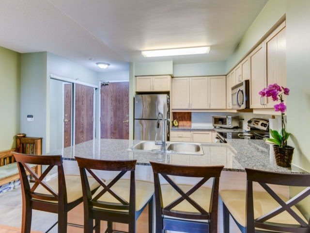 For Sale: 612 - 185 Oneida Crescent, Richmond Hill, ON   2 Bed, 2 Bath Condo for $489,000. See 19 photos!
