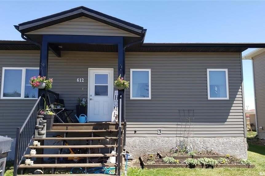 House for sale at 612 18th St NE Weyburn Saskatchewan - MLS: SK810534