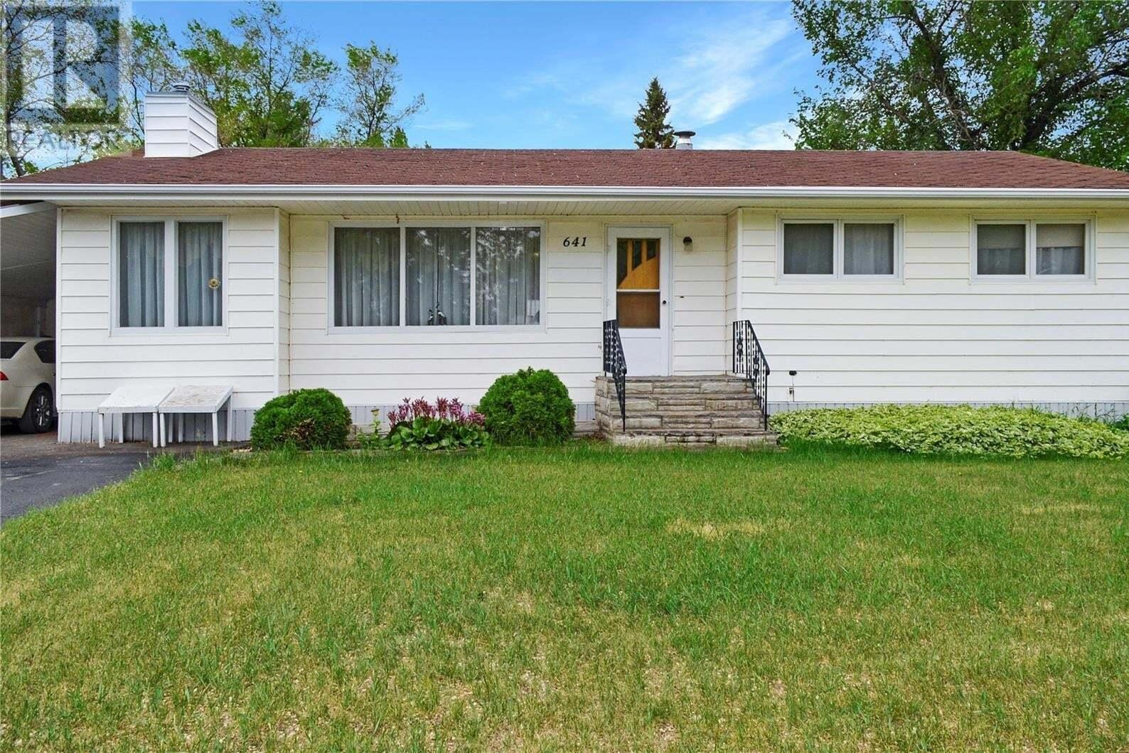 House for sale at 641 1st St Gull Lake Saskatchewan - MLS: SK826068
