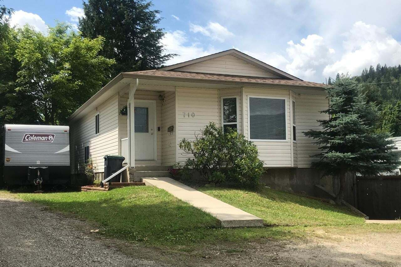 House for sale at 710 Ivy Street  Castlegar British Columbia - MLS: 2453080