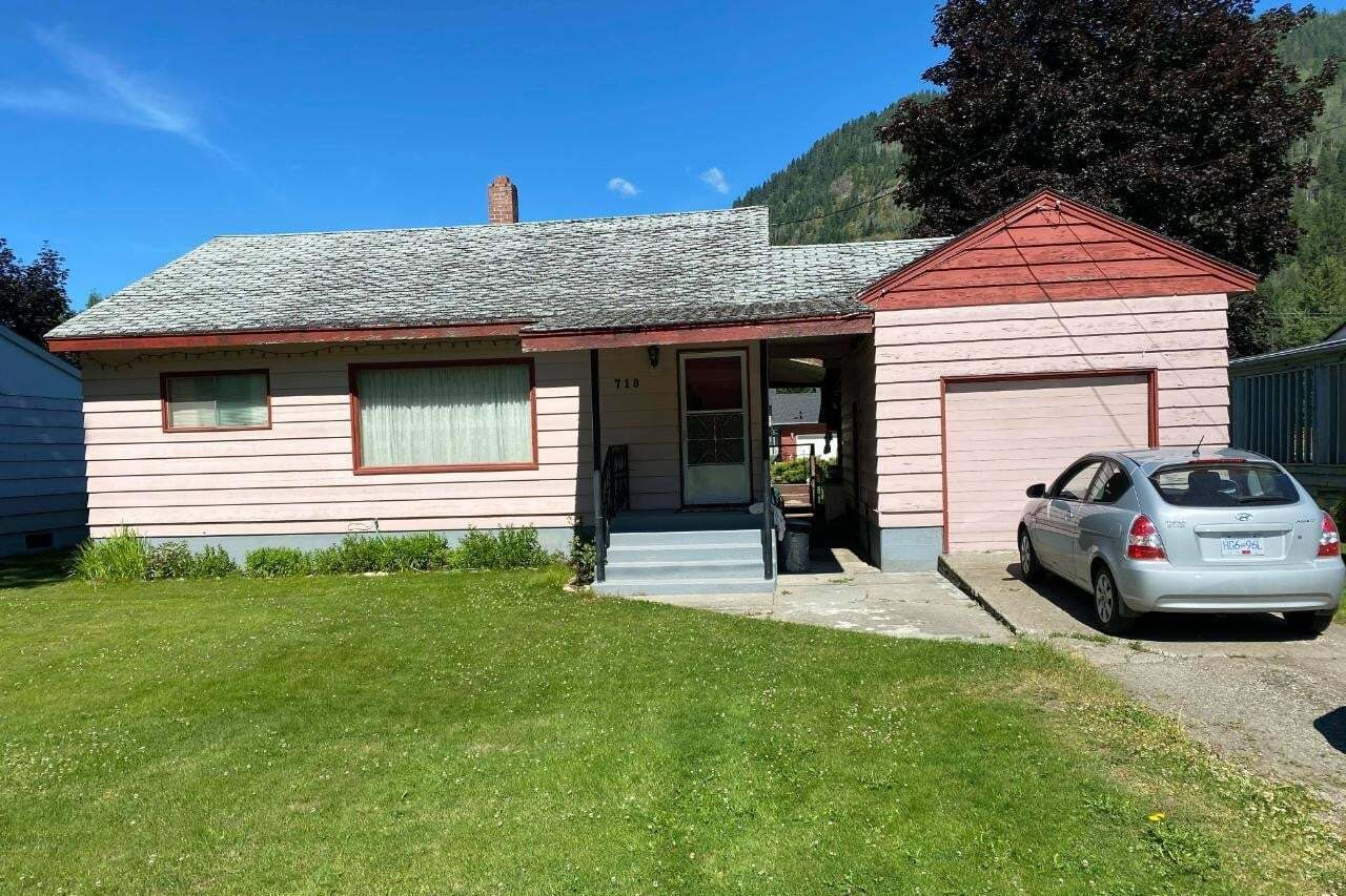 House for sale at 718 Davies Avenue  Salmo British Columbia - MLS: 2453605