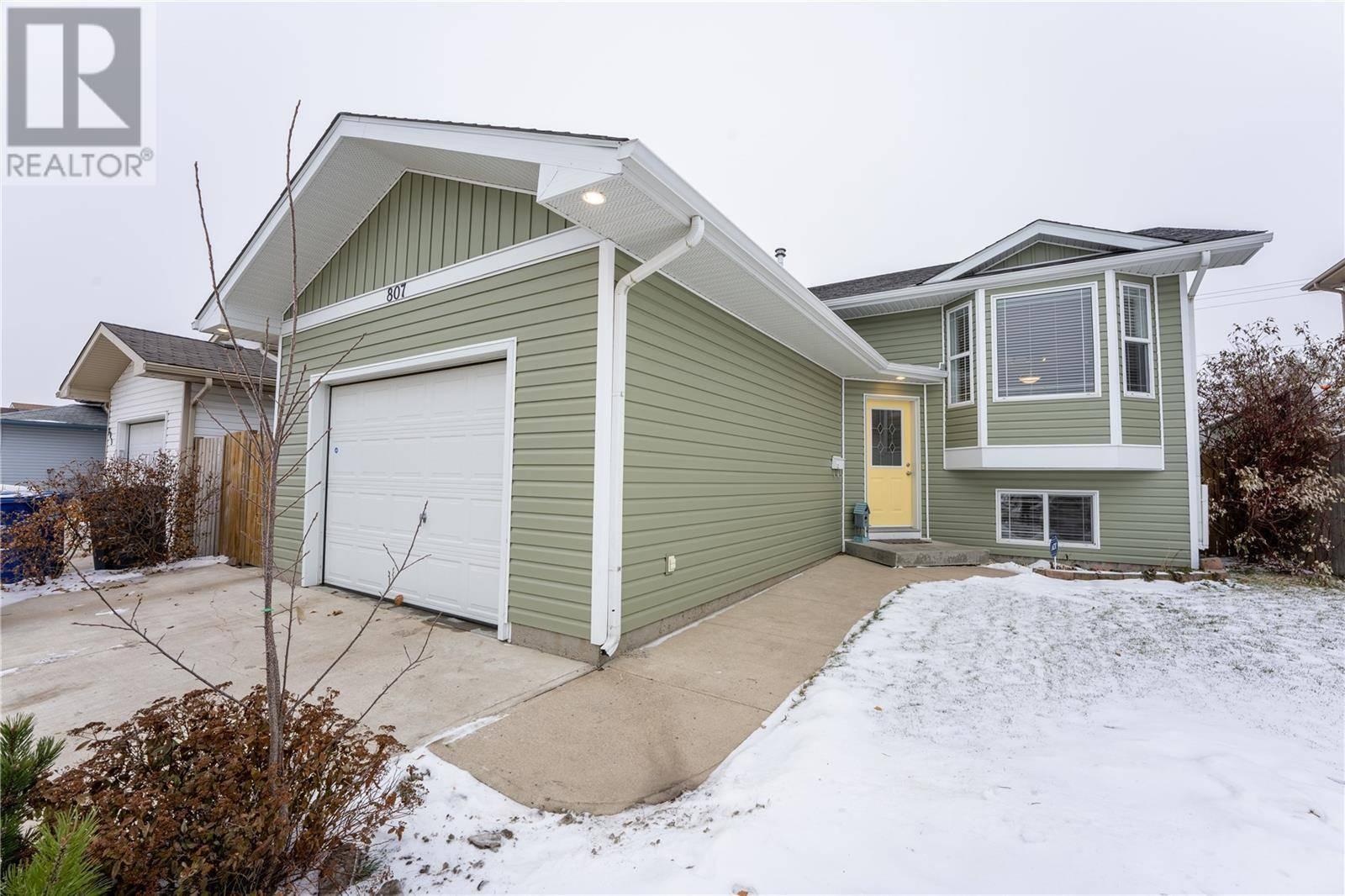 House for sale at 807 Overholt Cres Saskatoon Saskatchewan - MLS: SK792596