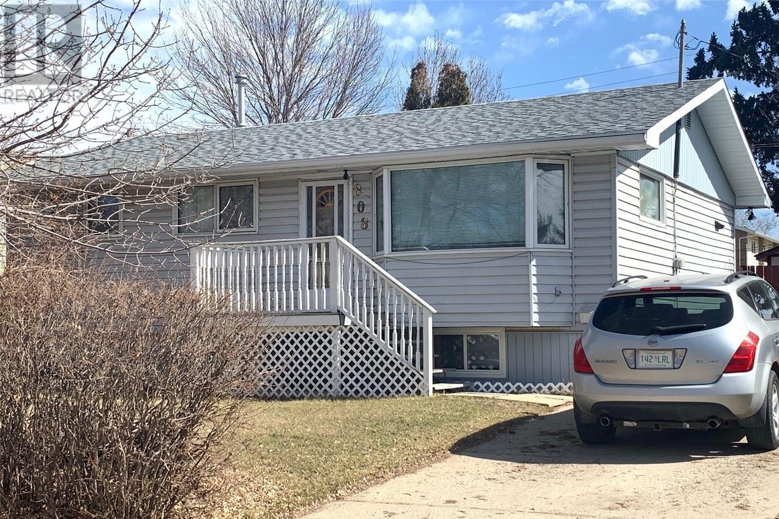 House for sale at 808 3rd St SE Weyburn Saskatchewan - MLS: SK837904