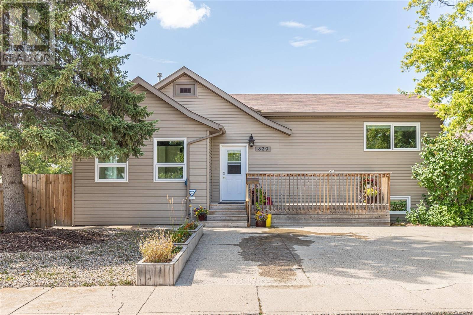 House for sale at 829 N Ave S Saskatoon Saskatchewan - MLS: SK783703