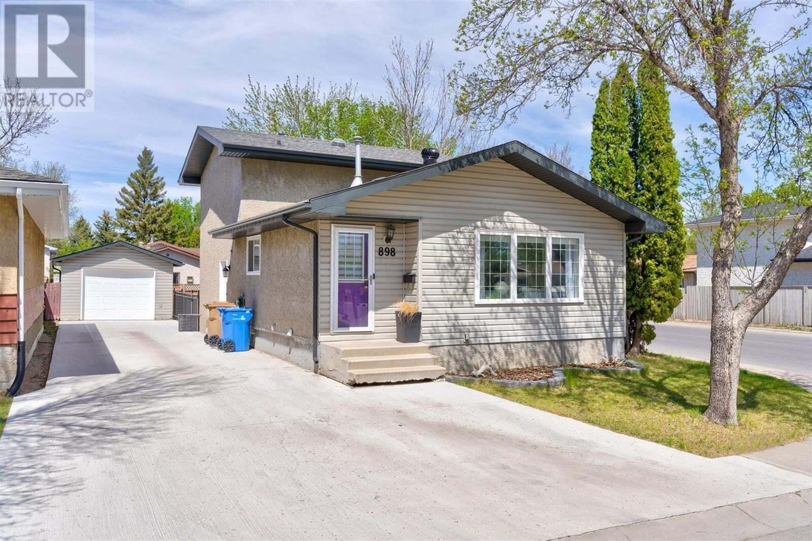 House for sale at 898 Samuels Cres N Regina Saskatchewan - MLS: SK809464