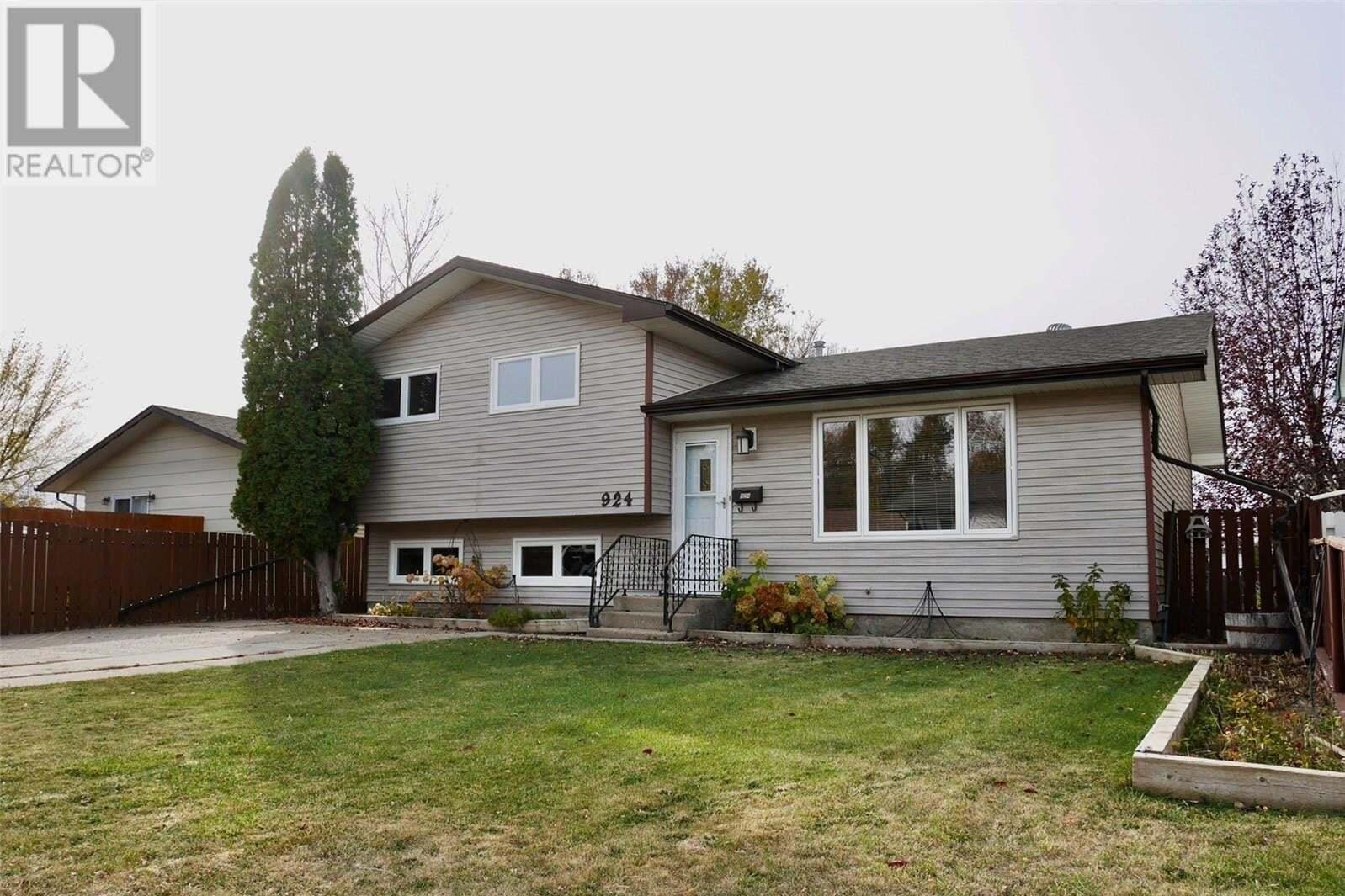 House for sale at 924 Holdsworth Cres Moose Jaw Saskatchewan - MLS: SK830550
