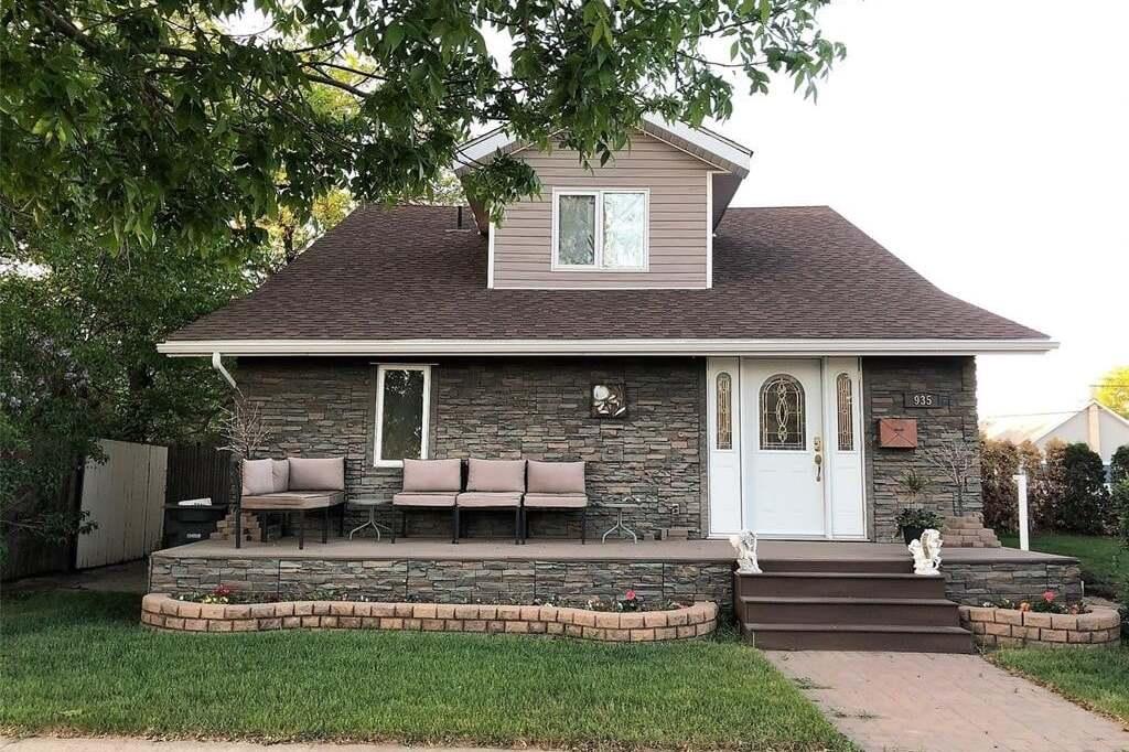 House for sale at 935 2nd St Estevan Saskatchewan - MLS: SK810314
