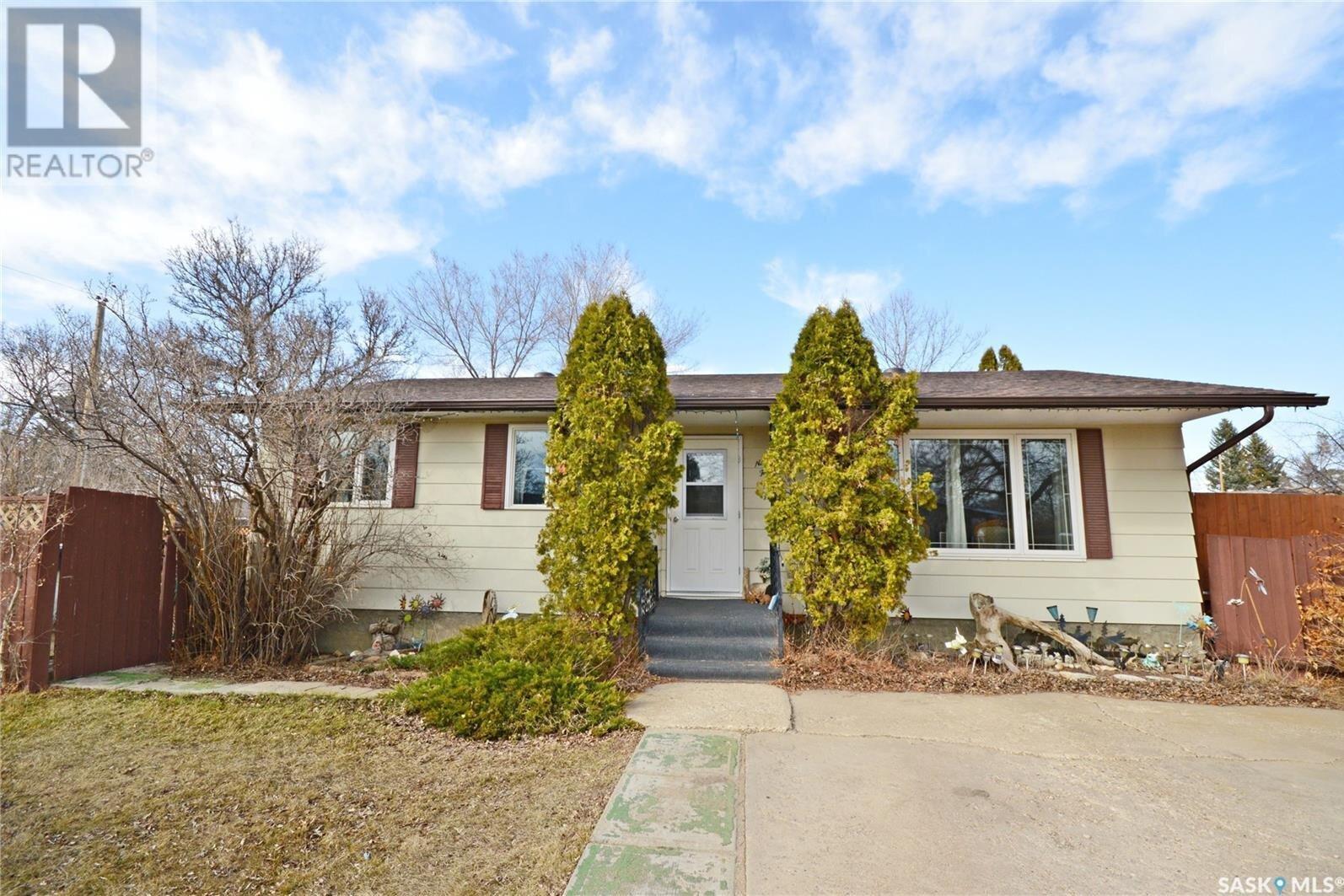 House for sale at 944 Holdsworth Cres Moose Jaw Saskatchewan - MLS: SK831119