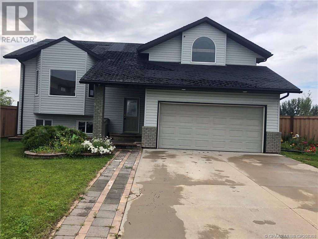 House for sale at 9818 67 Ave Grande Prairie Alberta - MLS: GP208308