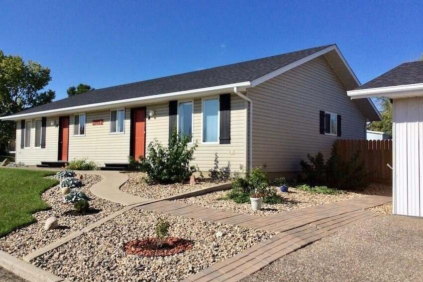 Townhouse for sale at 102 2nd St W Unit A&B Assiniboia Saskatchewan - MLS: SK811075